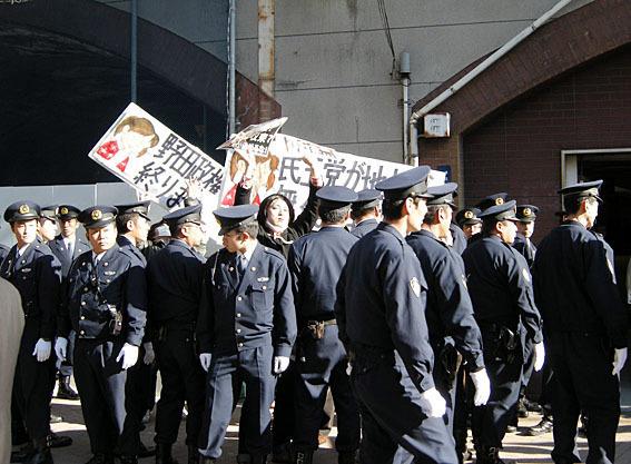 平成23年(2011年)12月19日、野田首相が首相就任以来初の街頭演説を新橋駅前で行うというので、TAMAGAWABOATさんが「野田政権が早く終わりますますように」「民主党が地上から無くなりますように」と記載したプラカ