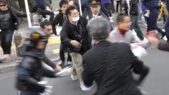 平成25年11月23日に杉並で行われた【国賊 山本太郎 辞職要求国民大行進 in 杉並】で、手塚空は、デモ行進に走って突進して来て、機動隊に取り押さえられた。