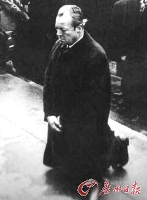 西ドイツのブラント元首相は1970年12月7日、ポーランドの「ワルシャワ・ゲットー」(ユダヤ人慰霊塔)で跪き、ナチスの犯罪については謝罪