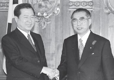 1998年10月7日から10日まで、金大中大統領は、日本国国賓として日本を公式訪問し、小渕恵三首相との間で会談を行い、両首脳は、過去の両国の関係を総括し、現在の友好協力関係を再確認するとともに、未来のあるべき