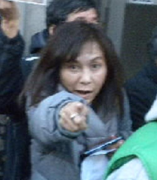 こっちを指差し、罵倒(ヘイトスピーチ)する香山リカ(本名:中塚尚子、金梨花という説もある)!