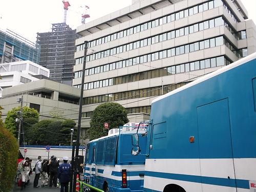 私は、日本の警察が東京の靖国神社近くにある朝鮮総連中央本部の周辺を大勢で警護していることについても、常々大いに不満を抱いている。