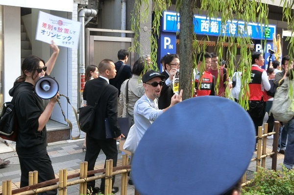 韓国に怒り、日韓断交を訴えるデモであるにもかかわらず、なぜか「差別をやめろ!」などと頓珍漢な因縁を付けて中指立てるパヨクたち20181110韓国に怒りを!『日韓断交』 国民大行進 in 銀座