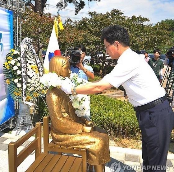 旧日本軍の慰安婦を象徴する「平和の少女像」の除幕式が江原道・江陵市内の3・1独立万歳運動記念塔近くで行われた。
