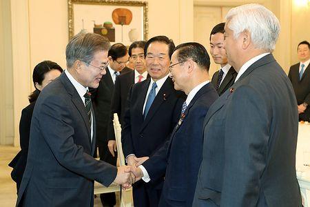 文在寅が訪韓した日韓議員連盟に対して自称「徴用工」(偽物)問題について「個人の請求権は消滅していない」、「十分な時間かけて解決策を模索していく計画だ」