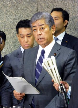 韓国、「今年3回、日本が威嚇」 記者団の取材に応じる岩屋防衛相=23日午後、防衛省