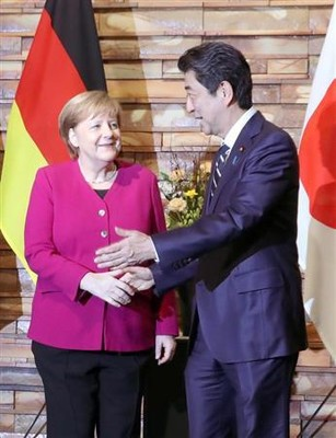 日ドイツ首脳会談を前にドイツ・メルケル首相(左)と握手を交わす安倍晋三首相=4日午後、首相官邸(春名中撮影)