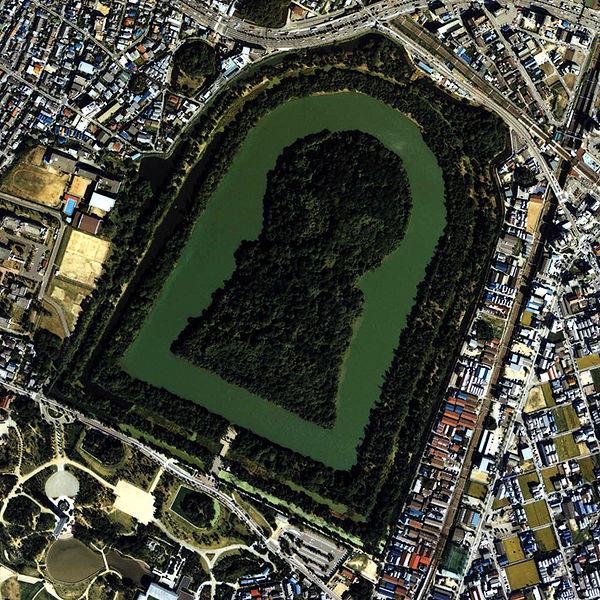 画像は「仁徳天皇陵」(全長486m)