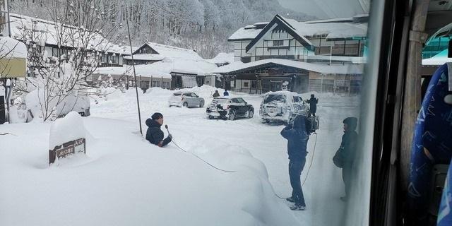 NHKのインチキ報道(ヤラセ大袈裟)だった!酸ヶ湯に公共放送の取材クルー来てて、雪に埋まって何してんのやと思って見てたけど、夕方のニュース見たら