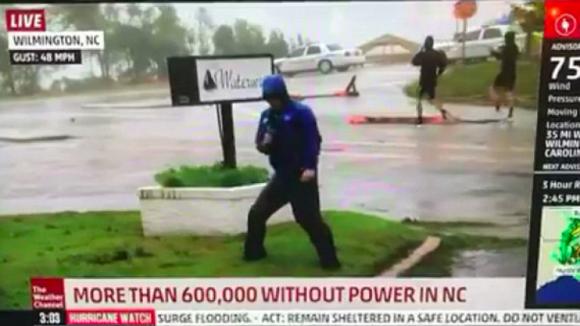 動画の中では、雨風にあおられながら気象予報士が実況を行なっている。体を張って米南東部に上陸したハリケーン「フローレンス」の凄まじい威力を伝えているのだ。