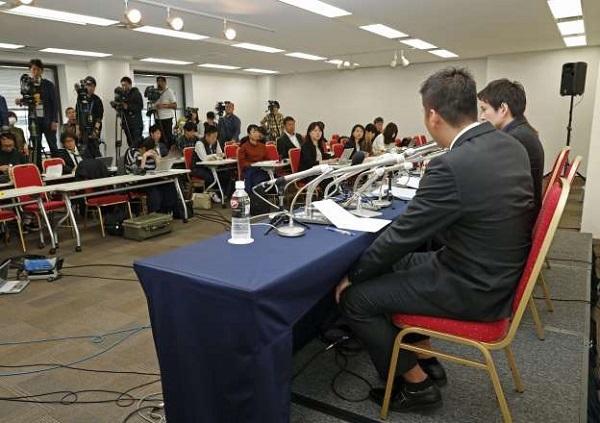 働いていた芸能事務所の社長による被害について記者会見する男性(手前)=東京都内