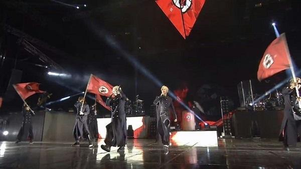 「BTS」(防弾少年団)が、ライブでナチスのハーケンクロイツを真似した旗を振り回していた