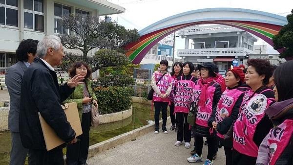 韓国系団体が中に入り政治的アピールをした件について現在判明しているのは、1.当日は平日で生徒は授業中。2.前もってのアポはなく当日現場にてシェルターを見せて欲しいと言われたので応じてしまった。3.案内したの