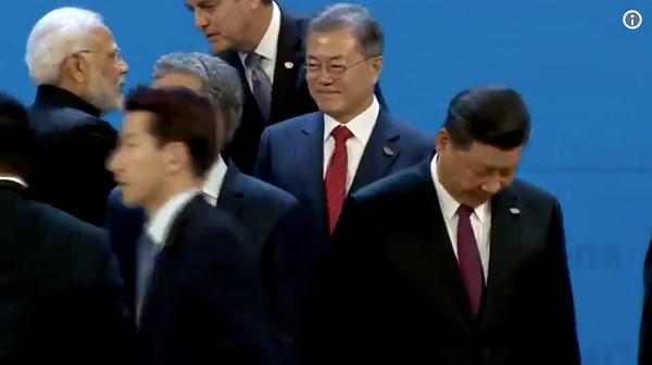 【悲報】G20記念撮影時の韓国・文大統領wwwwww(動画あり)