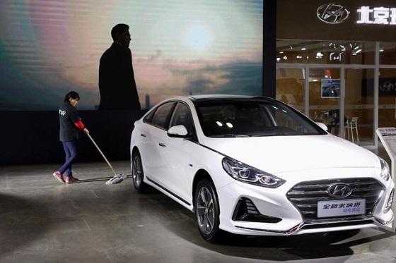 11月5日、中国重慶にある人影まばらな韓国の現代(ヒュンダイ)自動車販売店では、大型でより安価なスポーツタイプ多目的車(SUV)といった世界最大の同国市場で人気の車種がなく、客足が遠のいている、と店長