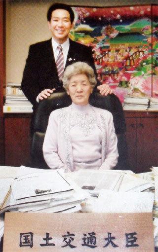 違法献金をした「焼肉じゅん」のチャン・オクプン(韓国人)を国土交通省大臣室に入れ、大臣の椅子に座らせ記念撮影!
