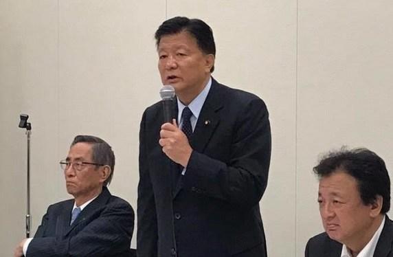 超党派の「日本の領土を守るため行動する議員連盟」の新藤義孝会長は6日、衆院議員会館で記者会見し、島根県・竹島に上陸した韓国の国会議員に対する公開質問状の内容を発表した。