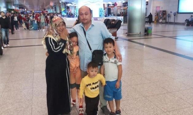 「若い女性のレイプは毎日」新疆ウイグル収容施設からの出所者明かすウイグルの「再教育施設」に収容されたカザフスタン籍のウイグル族オミール・ベクリさん(右奥男性)が、収容施設内での出来事を暴露!