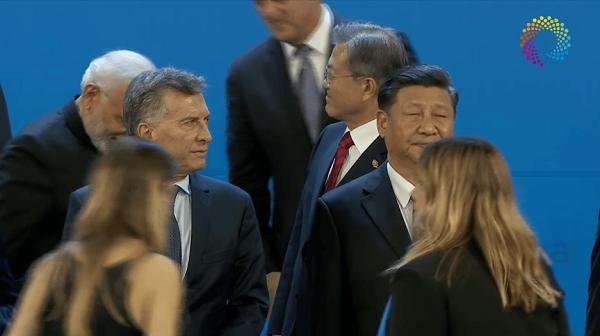 【悲報】韓国の文在寅大統領、G20で会話に入れず終始キョロキョロ
