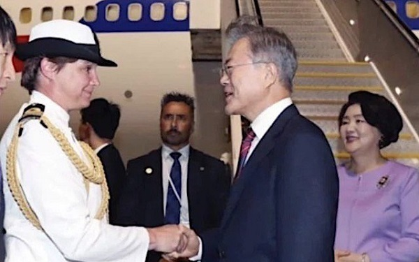 ニュージーランドを訪問した文大統領。 迎えたのは、首相でも、長官でもなく「海軍中佐」