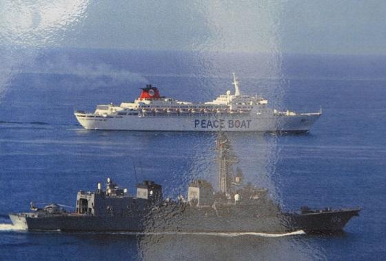 平成21年(2009年)5月、ソマリア沖で海上自衛隊の艦艇によって護衛されるピースボート