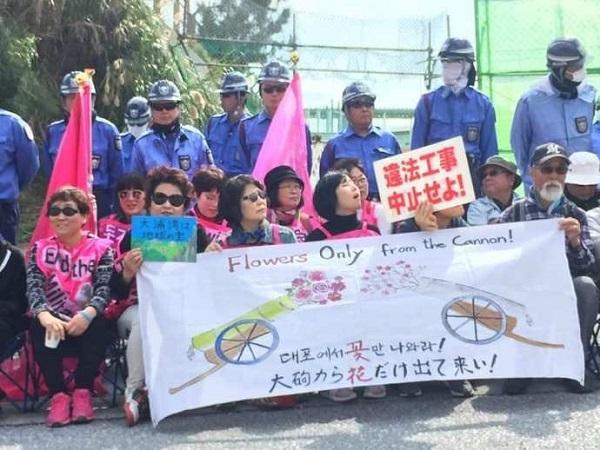 1月24日午後3時、キャンプ・シュワブのゲート前の抗議行動には、韓国から訪れた女性グループ「平和オモニ会」の約20人が参加しました。「戦争はない」「武器よ去れ」とシュプレヒコールをあげながら、座り込みにも