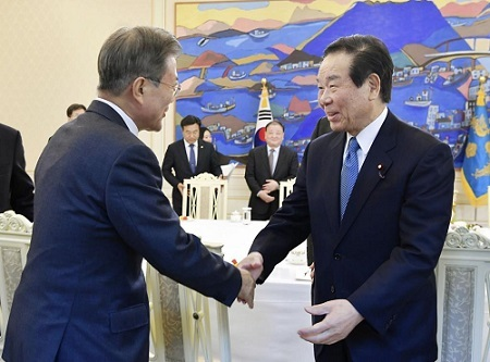韓国の文在寅大統領(左)と握手する日韓議員連盟