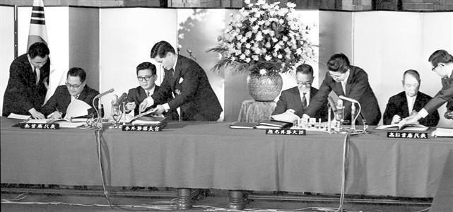 日韓基本条約の調印式。請求権問題は「完全かつ最終的」に解決している=1965年6月、首相官邸