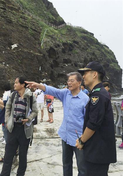 25日、島根県の竹島を訪れた韓国最大野党「共に民主党」の文在寅前代表(中央)(聯合=共同)