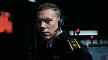 『THE GUILTY ギルティ』 アスガー・ホルム(ヤコブ・セーダーグレン)は一時的に緊急通報指令室で働いている。