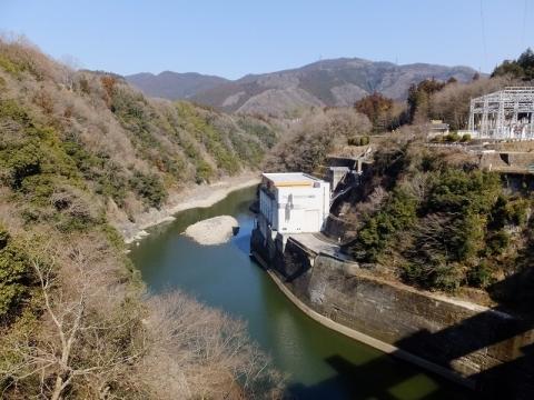 相模ダムより相模発電所を望む