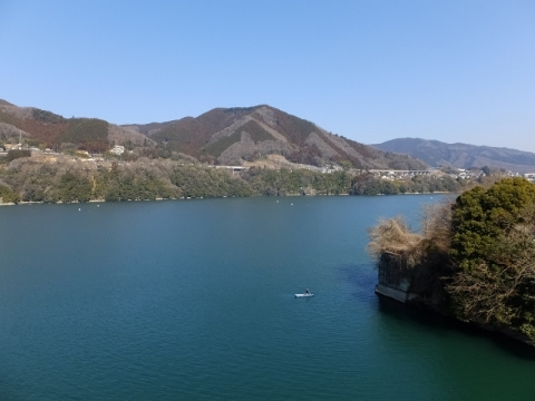 勝瀬橋より相模湖を望む