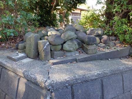 真光寺の石造物置場