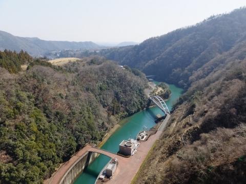 宮ヶ瀬ダムより下流を望む