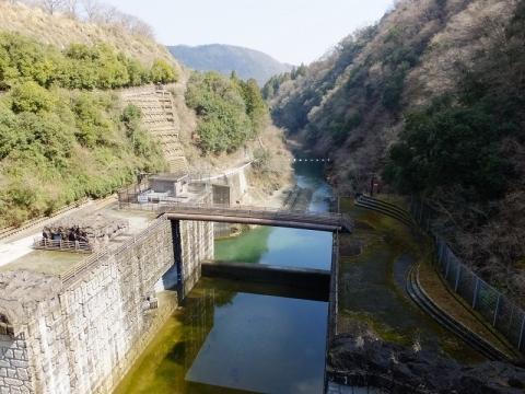 石小屋ダムより中津川を望む