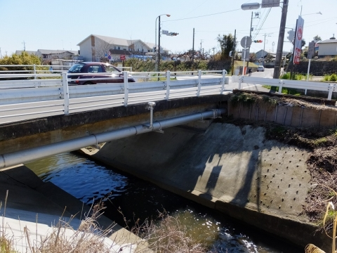渋田川に架かる市米橋
