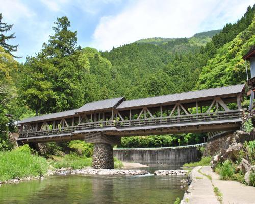 屋根付き橋(三嶋神社)