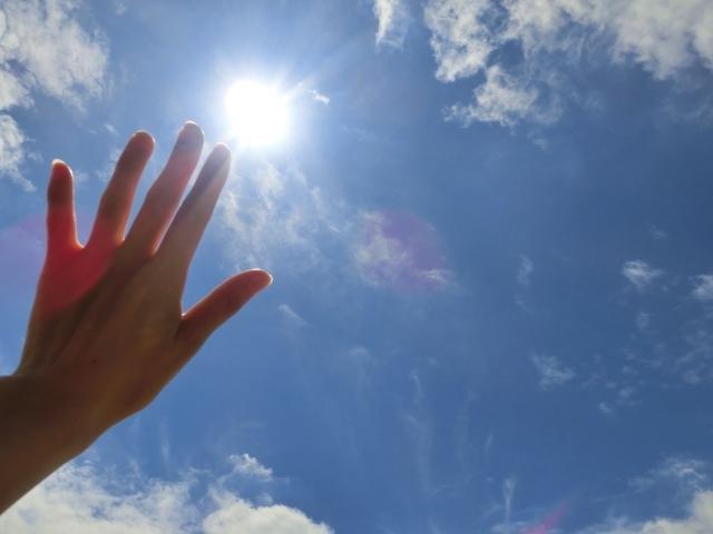 眩しい日差し 暑い 太陽