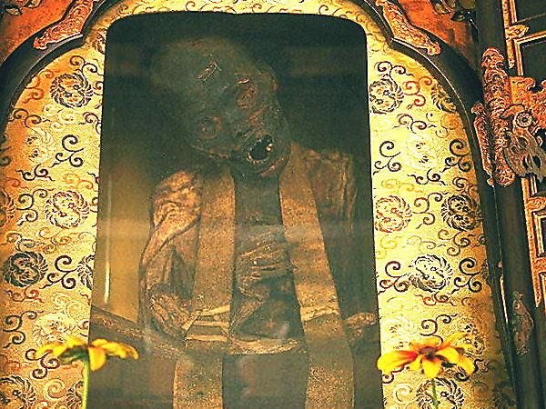 mig両界山横蔵寺山門と有名な舎利自殺仏