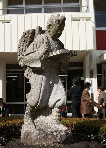 101125小原支所の二宮金次郎像