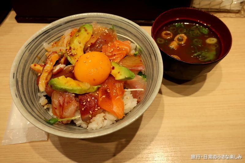 立ち寿し しおや  海鮮ユッケ丼 (新梅田食道街)