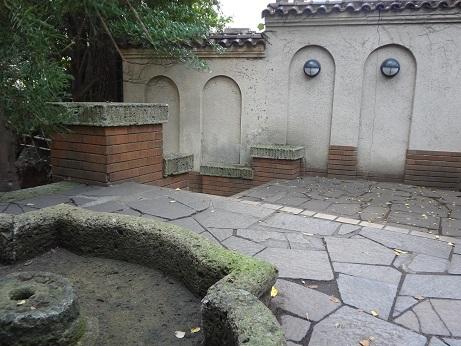 噴水跡と壁