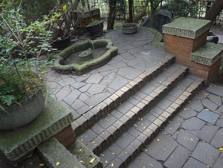 噴水跡と階段