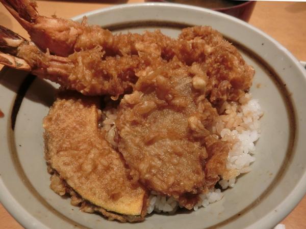 「船橋屋」(新丸ビル)の天丼、衣ふんわり、噛めばさっくり!