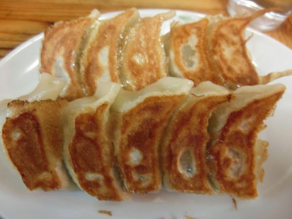 「餃子会館 磐梯山」(両国)で皮はカリカリ、野菜の詰まった餃子