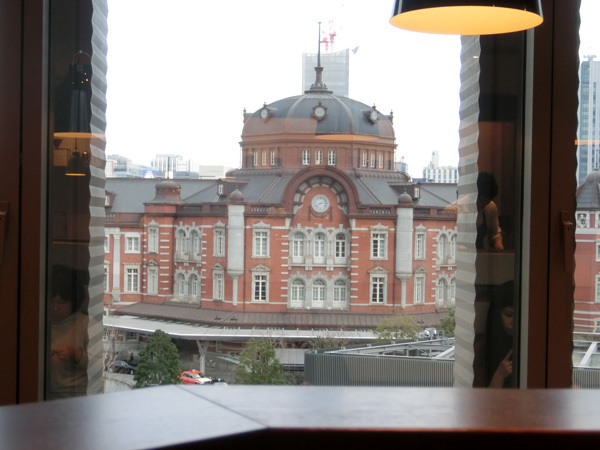 東京駅舎全景が見られる絶景カフェ「カフェ レクセル」(丸ビル)