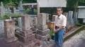 駒太郎、秋水墓の前で 長尾正記さん