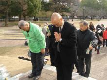 ヒバクシャ地球一周 証言の航海-爆心地で祈りを捧げる被爆者の方々
