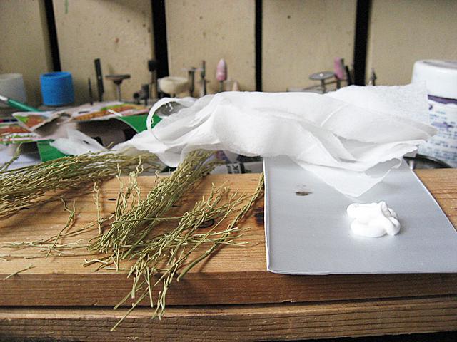 木工用接着剤と割いたテシューペーパー