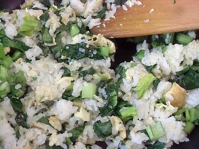 小松菜と冷やご飯を炒める